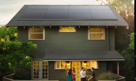 Cómo se instalan los paneles solares de Tesla, incluyendo tres Powerwall y cargador para un coche eléctrico